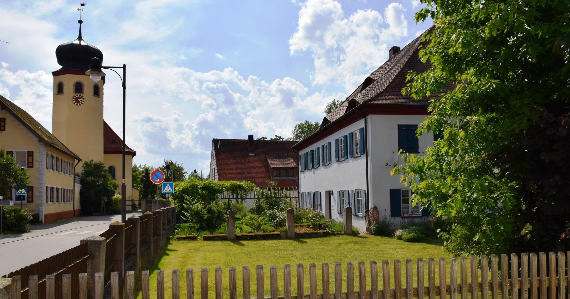 7-Kirche_St-Johannis-mit-Pfarrgarten